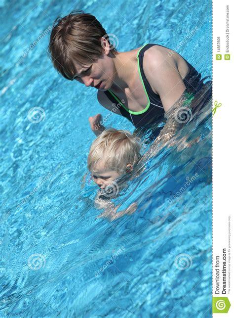 mama caliente mama ensea a su hija de 12 aos como madre que ense 241 a a su peque 241 a hija a nadar foto de archivo