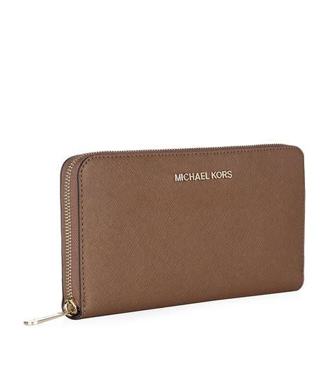 Michael Kors Travel Wallet 7 michael michael kors large jet set travel wallet in brown luggage lyst