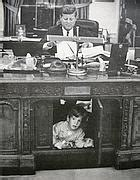 scrivania resolute lavori alla casa obama cambia lo studio ovale a