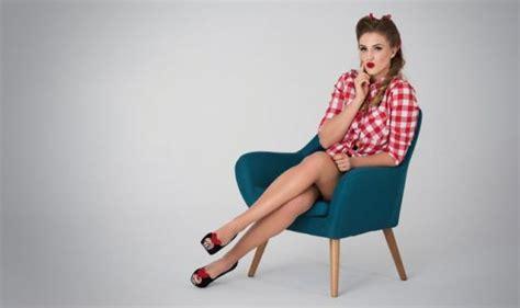 donne sedute con gambe accavallate gambe sane gambe combatti la cellulite