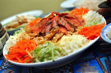 new year eat what これがないと旧正月が始まらない シンガポールの豪華サラダ tabizine 人生に旅心を