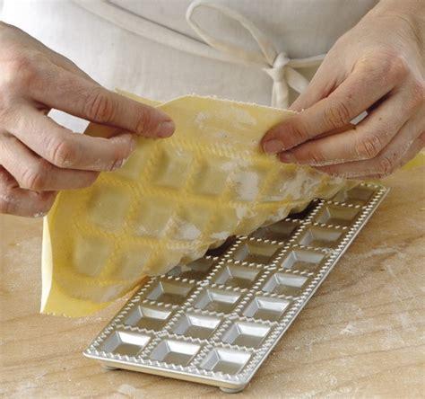 come fare i ravioli in casa ravioli quadrati piccoli fatti in casa sale pepe