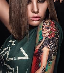 photo tatouage femme sur le bras