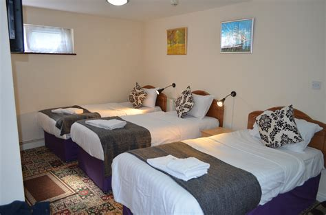 room 3 persons 3 single beds tgh