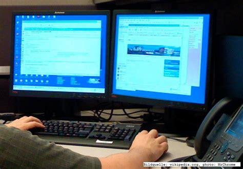 arbeiten zuhause am pc effizient am computer arbeiten mit zwei bildschirmen