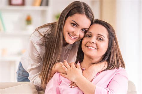 mama e hija cocinando lindas actividades que podr 225 s realizar con tu hija de