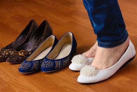 Sepatu Santai Ibu Ibu tips memilih sepatu atau sandal bagi ibu yang tepat