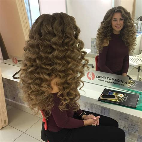 Big Curly Hairstyles by Best 25 Big Wavy Hair Ideas On Big Waves