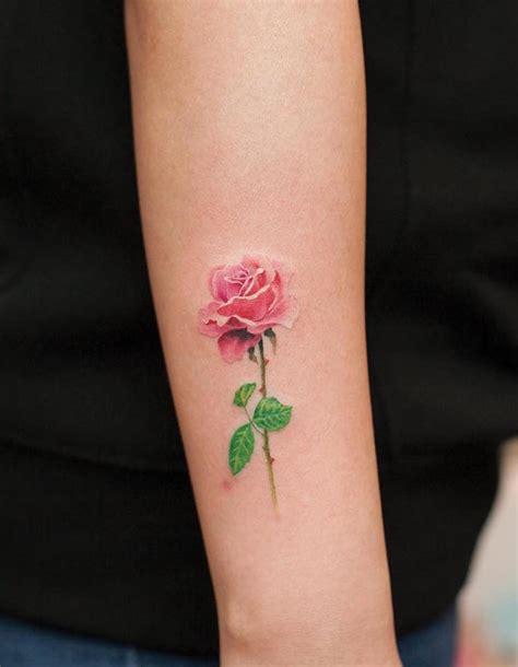 tatouage rose femme symboliques styles et tendances