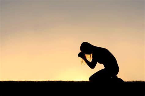 imagenes de mujeres orando de rodillas doblar tus rodillas ante dios te hace m 225 s fuerte avanza