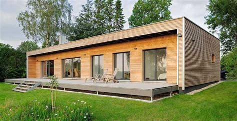 Bungalow Aus Holz Und Glas by Holz Bungalow Fertighaus Mit Holzverkleidung Wand Und Glas
