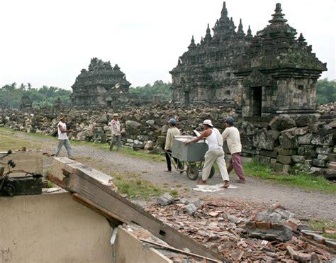 earthquake east java may 27 2006 devastating earthquake strikes indonesia