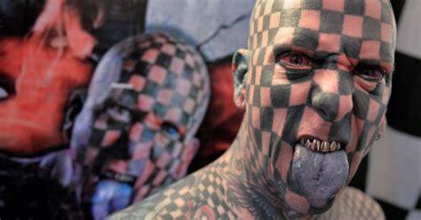 homem quadriculado  atracao de feira de tatuagens
