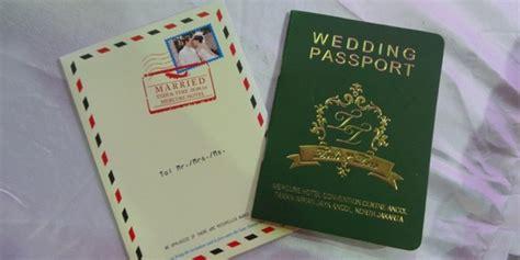 Undangan Pernikahan Manten Murah Sehari Jadi undangan pernikahan bentuk paspor bisa jadi ide unik