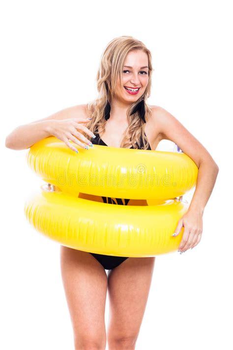 ragazze in costume da bagno ragazza estatica in costume da bagno con l anello di gomma