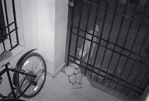 Cctv Untuk Rumah Tinggal pria ini pasang cctv di rumah untuk menangkap pencuri videonya malah tangkap penakan ini