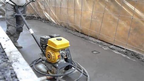 Comment Lisser Beton by Talochage D Une Terrasse R 233 Alis 233 E En Beton Color 233 En Bleu