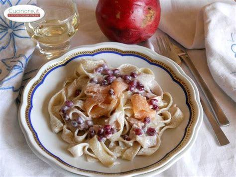 cucinare le tagliatelle tagliatelle con melagrana e salmone cucinare it
