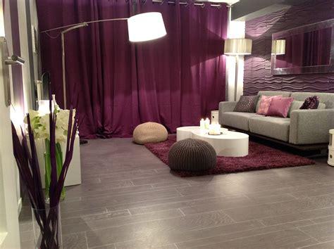canapé couleur prune salon blanc et bois