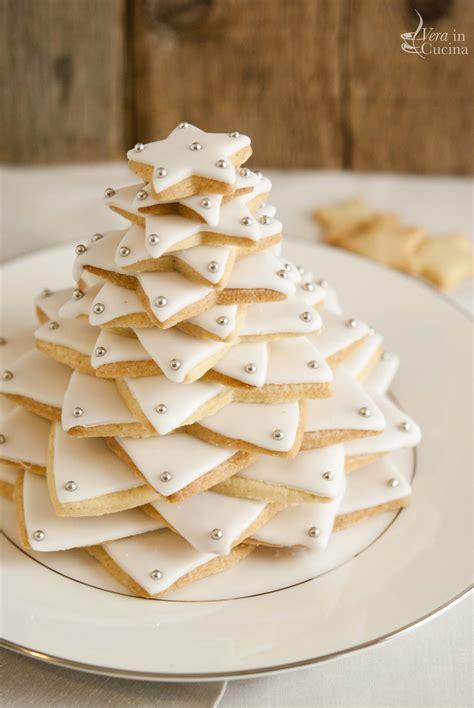 cucina con biscotti di natale un albero di natale di biscotti per la cena della vigilia