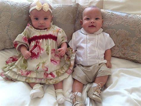 baby tweeling draagt designeroutfits van  pond