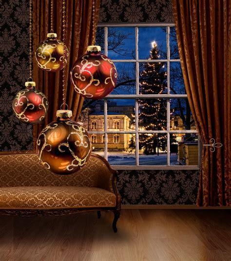 Weihnachtsdeko Fenster Stock by Weihnachtskugeln Im Zimmer Blick Auf Die Stadt Fenster