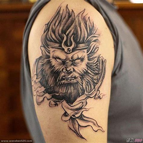 男性右手大臂膀上帅气的黑灰色斗战胜佛纹身图片