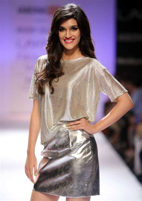 biography of movie heropanti kriti sanon shows her trendy style and fashion page 19