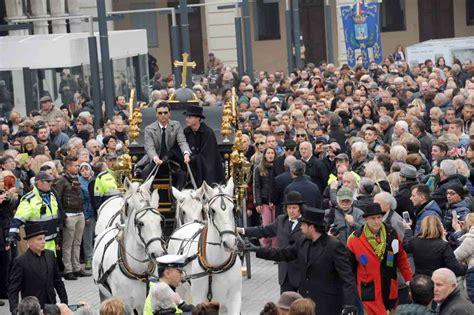 bianchi carrozze cavalli bianchi e carrozze in seimila per l ultimo saluto