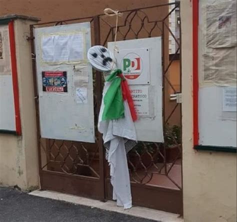 pd roma sede roma fantoccio impiccato davanti alla sede pd