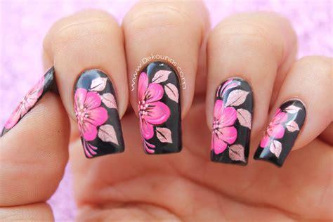 flores pintadad en las uas decoraci 243 n de u 241 as flores fucsias sobre negro fuchsia