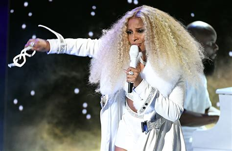 mary  blige performs onstage    bet awards