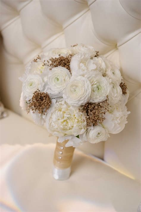 Handbouquet Goldwhite bouquets photos bridal bouquet with gold touches inside weddings