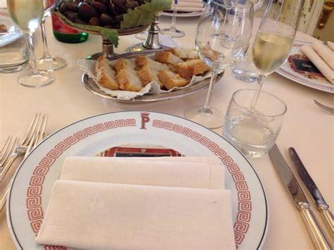 tavoli apparecchiati tavola apparecchiata per pranzo domenicale foto di il