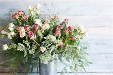 arrange flowers  diy floral arrangements