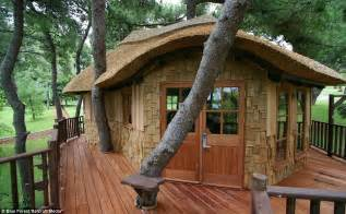 tree house now that s a real millionaire play pad the luxury tree