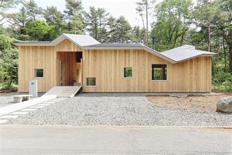 angular roof helps mount fuji house by hiroki tominaga