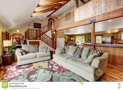 helles wohnzimmer mit massivholzboden und hohe decke mit