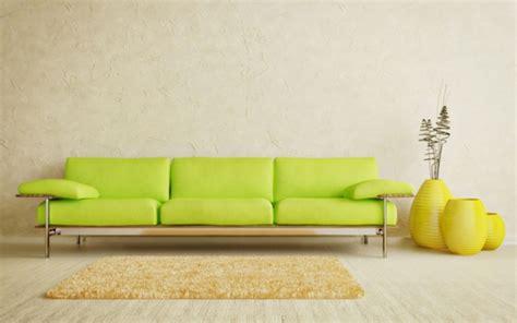 hellgelber stuhl gelber teppich im hause
