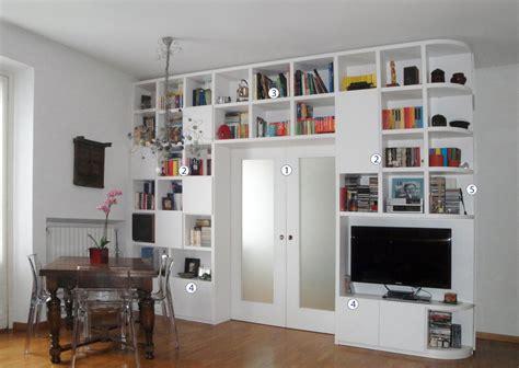 dividere la cucina dal soggiorno separare cucina e soggiorno con un mobile a ponte sulla