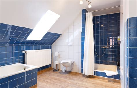 kleines blaues badezimmer altes blaues badezimmer aufpeppen goetics