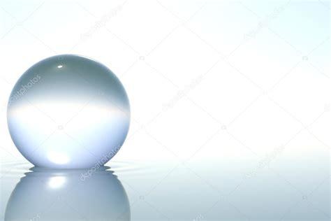 imagenes zen agua esfera de cristal zen en agua sobre fondo blanco fotos