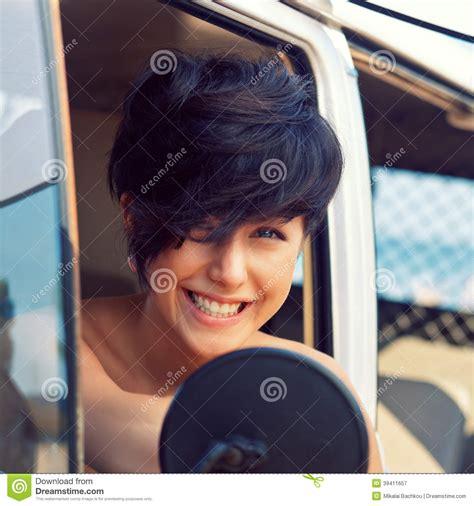 la chica del pelo una chica joven hermosa con el corte del pelo corto y los ojos azules imagen de archivo imagen