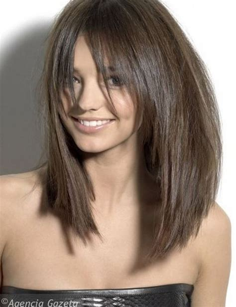 cut sholder lenght hair upside down long razor cut brunette bob with bangs μαλλιά