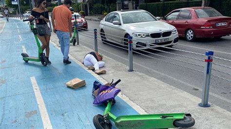 elektrikli scooter kullanan iki kadin kafa kafaya carpisti