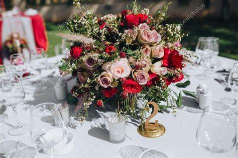 candele fiori cool alla tavola della festa con tovaglia colori marsala