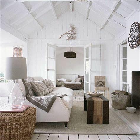 Charmant Amenager Un Petit Salon Sejour #4: 0-canape-blanc-sol-en-planchers-idee-deco-sejour-amenager-petit-salon-tapis-beige-plafond-sous-pente.jpg