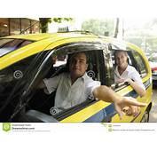 Taxista Que Mostra A Passageiro Um Marco Fotos De Stock