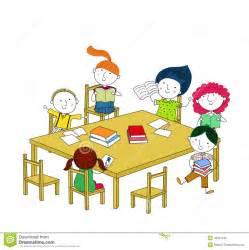 kinder am tisch kinder schreiben und lesen und sitzen am tisch vektor