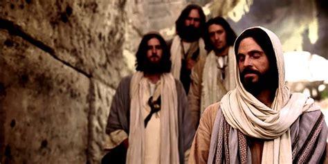 imagenes de jesucristo sanando jes 250 s sana a un hombre paral 237 tico en el d 237 a de reposo